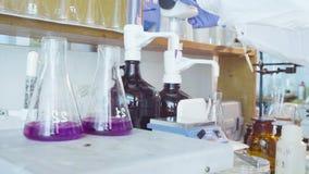 Laboratorio químico Frasco con la solución de ebullición almacen de metraje de vídeo
