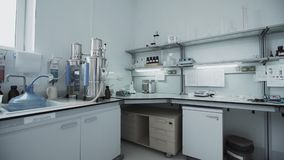 Laboratorio químico para los productos lácteos de prueba en la fábrica almacen de video