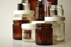 Laboratorio, tarros médicos y cosméticos y botellas Foto de archivo libre de regalías