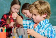 Laboratorium badanie - Naukowy projekt Dla substancja chemiczna testa edukacji i nauki Chemii lab Szcz??liwi dzieci plecy zdjęcia royalty free