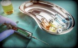 Laboratorium för doktor Takes Syringe In som ska injiceras Fotografering för Bildbyråer