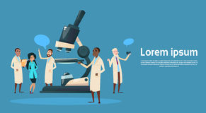 Laboratorium för kemikalie för doktorer Team Scientist Working Microscope Research för grupp medialt stock illustrationer