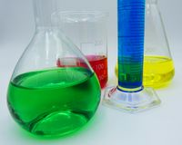 Laboratorium labware voor wetenschapsexperimenten, witte achtergrond stock foto