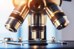 laboratorium, microscoop voor de teststeekproeven van de chemiebiologie, Medische apparatuur, de achtergrond van het Wetenschappe royalty-vrije stock foto
