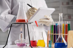 laboratorium som gör anmärkningsforskare royaltyfri foto