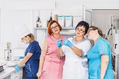 Laboratorium w szpitalu z lekarki lab techników conducti zdjęcie royalty free