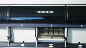 Laboratoriumanalys och diagnostisk maskin Armar f?r Robotic manipulator med beh?llare eller provr?r med blod p? arkivfilmer