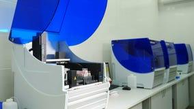 Laboratoriumanalys och diagnostisk maskin Robotic apparat f?r kemiprovning av blodpr?vkopior Automatiserad l?karunders?kning stock video