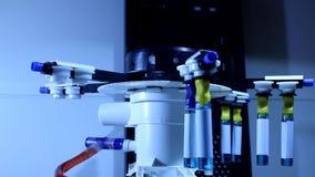 Laboratoriumapparaat met het spinnen van deel die chemisch oplosmiddel in ampules testen stock video