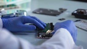 Laboratoriumarbeider die computerdeel, gerechtelijke geneeskundeexperiment, informatie analyseren stock video