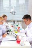 laboratoriumarbete Royaltyfria Foton