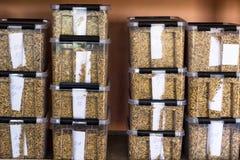 Laboratoriumet för analysen och diagnosen av korn från fältet, i prövkopior för plast- behållare av korn, studerar fotografering för bildbyråer