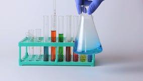 Laboratoriumflaskor och dryckeskärlar på tabellen stock video