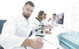 laboratoriumforskare fungerar barn Arkivbild