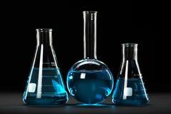 Laboratoriumglasföremål över mörk bakgrund royaltyfria bilder