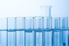 Laboratoriumglasföremål i laboratorium i kemilabb fotografering för bildbyråer