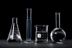 Laboratoriumglasföremål på mörk bakgrund royaltyfria bilder