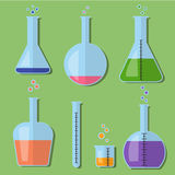 Laboratoriumglasflaskor med kemikalieer i plan stil royaltyfri fotografi
