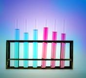 laboratoriumglaswerk met chemische producten Stock Foto's