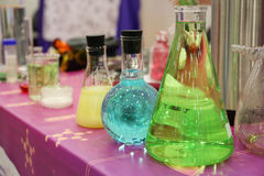 Laboratoriumglaswerk met gekleurde vloeistoffen Stock Afbeelding