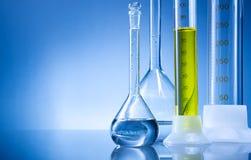 Laboratoriummateriaal, flessen, flessen met gele vloeistof stock afbeeldingen