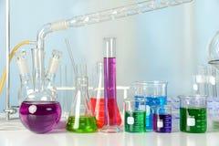 Laboratoriummateriaal met Gekleurde Vloeistoffen Stock Afbeeldingen