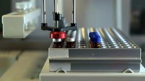 Laboratoriummateriaal, moderne geautomatiseerde medische analyse van de steekproeven van lichaamsvloeistoffen stock footage