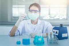 Laboratoriumonderzoek, het dalen vloeistof aan reageerbuis Stock Foto's