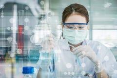 Laboratoriumonderzoek, het dalen vloeistof aan reageerbuis royalty-vrije stock afbeeldingen