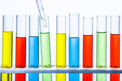 Laboratoriumpipet met daling van vloeistof meer dan reeks van de buis van het testlaboratorium royalty-vrije stock foto
