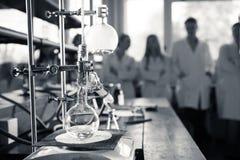 Laboratoriumutrustning för destillation Avskilja de del- vikterna från vätskeblandning med avdunstning och kondensation I Arkivbilder