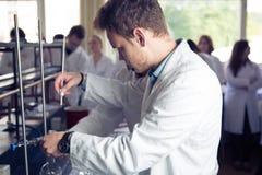 Laboratoriumutrustning för destillation Avskilja de del- vikterna från vätskeblandning med avdunstning och kondensation ST Royaltyfri Fotografi