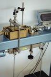 Laboratoriumutrustning för geoteknisk teknik som utför ett direkt saxprov Royaltyfri Foto