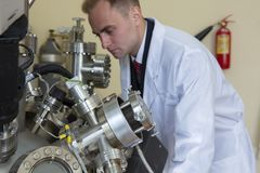 Laboratoriumutrustning för vetenskapliga experiment industriell abstrakt bakgrund royaltyfria foton