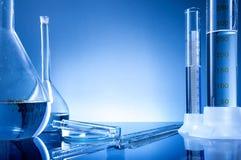 Laboratoriumutrustning, flaskor, flaskor Royaltyfri Fotografi