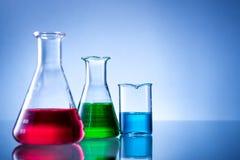 Laboratoriumutrustning, flaskor, flaskor med färgflytande Arkivbild
