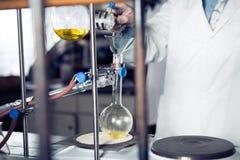 Laboratoriumutrustning för destillation Avskilja de del- vikterna, Erlemeyer flaska, apparatur Arkivfoto