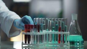 Laboraufspannfläche besetzt durch Reagenzgläser und Flaschen, Forschungsprozeß stock video