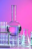 Laborausstattung auf reflektierender Tabelle stockfotos