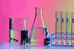 Laborausstattung auf Tabelle stockfotografie
