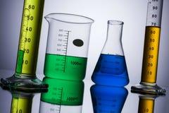 Laborausstattungsbecher-Reagenzgläser Stockfoto