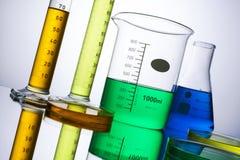 Laborausstattungsbecher-Reagenzgläser Stockfotos