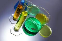 Laborausstattungsbecher-Reagenzgläser Stockbilder