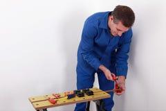 Laborer που κόβει έναν σωλήνα Στοκ Φωτογραφίες