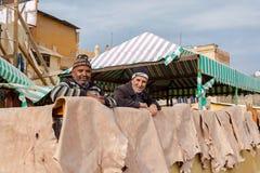 Laborers pracuje w Chouwara garbarni Fez El Bali Medina Maroko Zdjęcie Stock