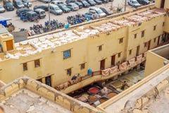 Laborers pracuje w Chouwara garbarni Fez El Bali Medina Maroko Obrazy Stock