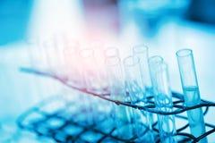 Laborforschung - wissenschaftliche Glaswaren für chemischen Hintergrund lizenzfreies stockbild