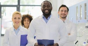 Laborglückliche lächelnde verschiedene Männer und -frauen Afroamerikaner-Wissenschaftler-With Team Of Researchers In Modern stock video