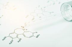 Laborglaspipette auf chemischer Formel Stockfotografie