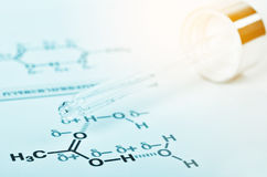 Laborglaspipette auf chemischer Formel Stockfotos